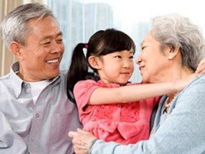 Chăm sóc con cháu là niềm vui của người lớn tuổi