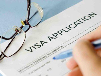 Bước đầu tiên khi làm giấy tờ là điền đơn xin thị thực